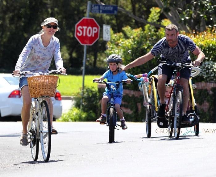 Liev schreiber and Naomi Watts bike with their kids Sasha ...