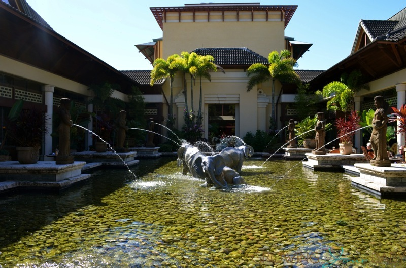 Loews Royal Pacific Resort - center fountain
