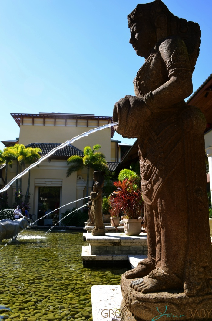Loews Royal Pacific Resort - statue fountain
