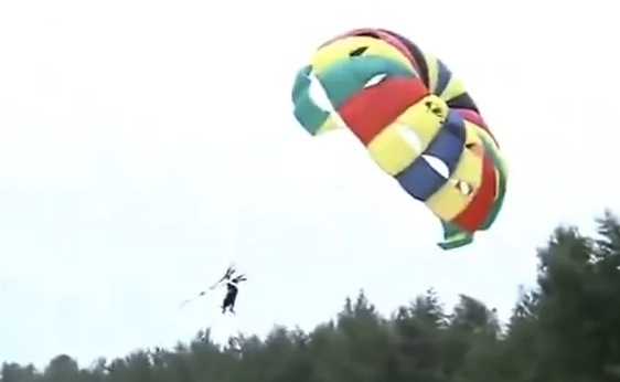 Niya Nisam parasailing