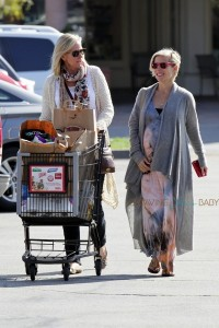 Pregnant Elsa Pataky out shopping with her mother-in-law Leonie