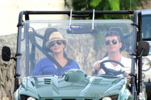 Simon Cowell & a very pregnant Lauren Silverman drive a dune buggy Saint Barts