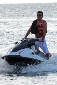 Simon Cowell jetskiis in Barbados