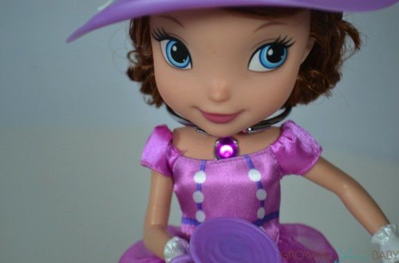 Sofia The First Tea Party Picnic - amulet glowing