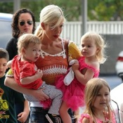 Tori Spelling Shops With Her Crew!