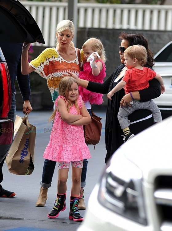 Tori Spelling out shopping with her kids Hattie, Finn and Stella