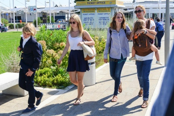 Uma Thurman arrives in Venice with kids Maya, Levon and Luna
