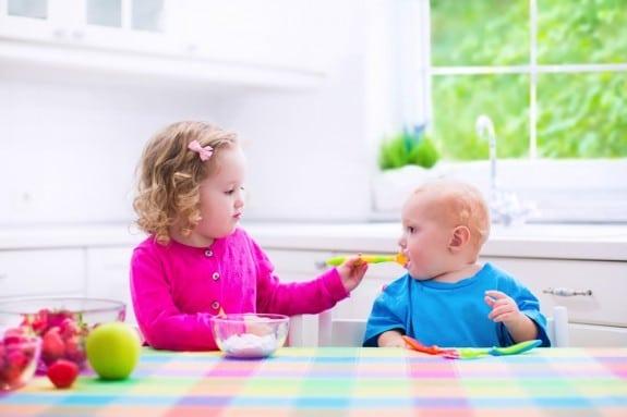kids eating yogurt