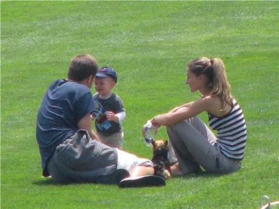 tom+and+gisele+with+baby John